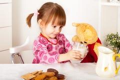 αντέξτε το κορίτσι λίγα teddy στοκ φωτογραφίες