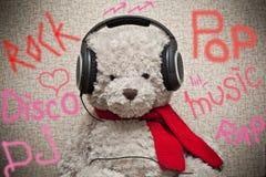 Αντέξτε το οπαδό μουσικής ακούει τη μουσική στα ακουστικά Στοκ φωτογραφία με δικαίωμα ελεύθερης χρήσης