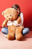 αντέξτε το πάτωμα καθμένος τις teddy νεολαίες γυναικών Στοκ Φωτογραφίες