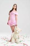 αντέξτε brunnete το κορίτσι teddy Στοκ φωτογραφία με δικαίωμα ελεύθερης χρήσης