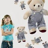 αντέχει το κορίτσι λίγα teddy Στοκ εικόνα με δικαίωμα ελεύθερης χρήσης