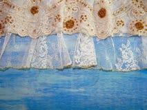 Δαντέλλα στους μπλε ξύλινους πίνακες Στοκ εικόνα με δικαίωμα ελεύθερης χρήσης