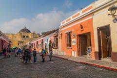 ΑΝΤΊΓΚΟΥΑ, ΓΟΥΑΤΕΜΑΛΑ - 26 ΜΑΡΤΊΟΥ 2016: Οδός Cobbled στην πόλη της Αντίγκουα Γουατεμάλα, Guatemal στοκ εικόνες