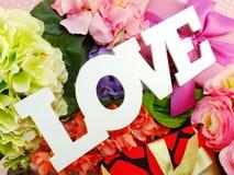 Αντίγραφο λέξης αγάπης με το δώρο και fllower στενό επάνω Στοκ φωτογραφία με δικαίωμα ελεύθερης χρήσης