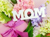 Αντίγραφο λέξης ημέρας μητέρας mom με το δώρο και fllower Στοκ εικόνες με δικαίωμα ελεύθερης χρήσης
