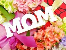Αντίγραφο λέξης Mom με το δώρο και fllower Στοκ Εικόνες