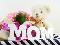 Αντίγραφο λέξης Mom με το δώρο και fllower Στοκ εικόνες με δικαίωμα ελεύθερης χρήσης