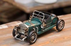 Αντίγραφο ενός παλαιού παλαιού αυτοκινήτου στον ξύλινο πίνακα Εσωτερική λεπτομέρεια σε έναν καφέ στοκ φωτογραφίες