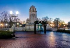Αντίγραφο κουδουνιών ελευθερίας μπροστά από το σταθμό ένωσης και το άγαλμα του Christopher Columbus τη νύχτα - Ουάσιγκτον, Δ Γ ,  Στοκ Εικόνες