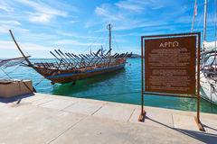 Αντίγραφο σκαφών Argo του προϊστορικού σκάφους στο λιμένα Βόλος, Ελλάδα Στοκ Φωτογραφία