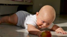 Αντίδραση ένα αγοράκι έξι μηνών με το μήλο που βρίσκεται στο πάτωμα φιλμ μικρού μήκους
