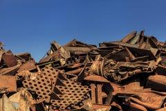 Αντίθεση ανακύκλωσης ενάντια σε έναν μπλε ουρανό Στοκ εικόνες με δικαίωμα ελεύθερης χρήσης