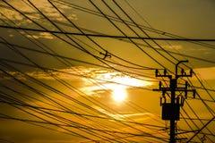 Αντίθεση ουρανού σκιαγραφιών με τον ηλεκτρικό φόρο Στοκ Εικόνα