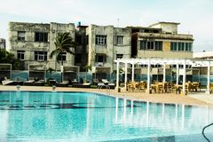 Αντίθεση του ξενοδοχείου 5 αστεριών στα σπίτια της Αβάνας, του θερέτρου με τη λίμνη και του πεζουλιού στοκ εικόνες