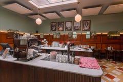 Αντίθετοι και κενοί πίνακες φραγμών μέσα στον καλλιτεχνικό καφέ με τα παλαιά έπιπλα και λαμπτήρες στο ύφος παλαιός-μόδας Στοκ Εικόνα