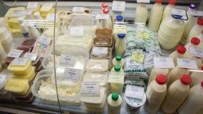 Αντίθετος-αγροτικά γαλακτοκομικά προϊόντα στην αγορά Στοκ Εικόνες
