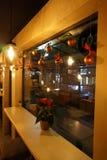 Αντίθετος κοντινός φραγμών το παράθυρο σε έναν άνετο καφέ Στοκ Εικόνες