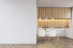 Αντίθετος, να δειπνήσει κουζινών πίνακας και ένας κενός τοίχος Στοκ φωτογραφίες με δικαίωμα ελεύθερης χρήσης