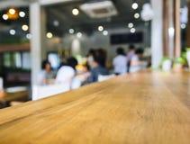 Αντίθετος φραγμός επιτραπέζιων κορυφών με τους θολωμένους ανθρώπους στο sho καφέδων εστιατορίων Στοκ φωτογραφία με δικαίωμα ελεύθερης χρήσης