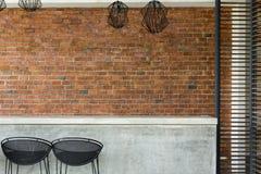 Αντίθετο νυχτερινό κέντρο διασκέδασης τσιμέντου με το σκαμνί και το τουβλότοιχο φραγμών καθισμάτων Στοκ Φωτογραφίες