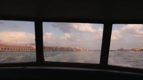 Αντίο στη Βενετία Άποψη από την πρύμνη του σκάφους στην υποχωρώντας ακτή της Βενετίας Όμορφος φωτισμός πριν από το ηλιοβασίλεμα απόθεμα βίντεο
