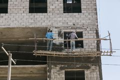 Αντίς Αμπέμπα, Αιθιοπία, στις 30 Ιανουαρίου 2014, εργάτες οικοδομών επάνω στοκ φωτογραφία