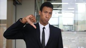 Αντίχειρας κάτω, ανικανοποίητος μαύρος επιχειρηματίας Στοκ Εικόνα