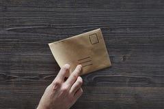 Αντίχειρας που δείχνει στη δίχως προορισμό επιστολή Στοκ Φωτογραφίες