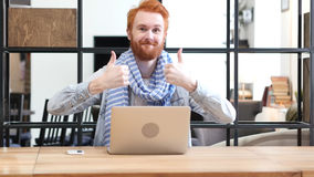 Αντίχειρες επάνω από το άτομο που εργάζεται στο lap-top Στοκ φωτογραφία με δικαίωμα ελεύθερης χρήσης