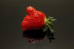 Αντίχειρες επάνω για τη φράουλα Στοκ φωτογραφία με δικαίωμα ελεύθερης χρήσης