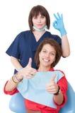 Αντίχειρες επάνω και εντάξει σημάδι που γίνεται από τον οδοντίατρο και τον ασθενή Στοκ Εικόνες