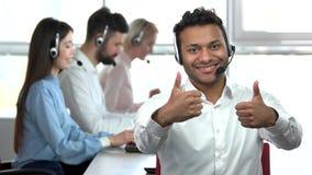 Αντίχειρες επάνω και εντάξει χειρονομίες από τον ινδικό εργαζόμενο τηλεφωνικών κέντρων απόθεμα βίντεο