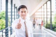 Αντίχειρες επιχειρηματιών επάνω και εκφράζοντας τη θετική σκέψη που γιορτάζει suc Στοκ Εικόνες