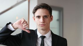 Αντίχειρες κάτω από τον επιχειρηματία στην αρχή Στοκ φωτογραφία με δικαίωμα ελεύθερης χρήσης