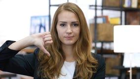 Αντίχειρες κάτω από το νέο κορίτσι στην εργασία, ανικανοποίητος στην αρχή Στοκ εικόνες με δικαίωμα ελεύθερης χρήσης