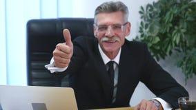 Αντίχειρες Businessperson επάνω στις χειρονομίες χεριών με το υπόβαθρο γραφείων απόθεμα βίντεο