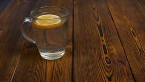 Αντί ενός φλιτζανιού του καφέ πιείτε το νερό με το λεμόνι για τον υγιή τρόπο ζωής φιλμ μικρού μήκους