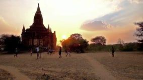 Ανταγωνισμοί ηλιοβασιλέματος caneball, Bagan, το Μιανμάρ απόθεμα βίντεο