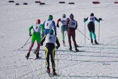 Ανταγωνισμοί να κάνει σκι στο μαραθώνιο σκι κοντά στη γραμμή τερματισμού Στοκ Φωτογραφίες