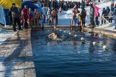 Ανταγωνισμοί στην κολύμβηση στο νερό πάγου, στο χειμώνα φεστιβάλ fu Στοκ εικόνα με δικαίωμα ελεύθερης χρήσης