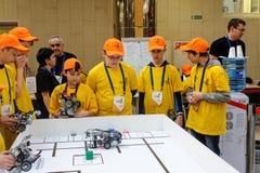 Ανταγωνισμοί των ρομπότ μεταξύ των σχολικών σπουδαστών Στοκ φωτογραφία με δικαίωμα ελεύθερης χρήσης