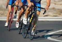 Ανταγωνισμός ανακύκλωσης, αθλητές ποδηλατών που οδηγά έναν αγώνα στοκ εικόνες