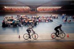 Ανταγωνισμός κύβων Rubiks στη μέση του δαχτυλιδιού ποδηλάτων Στοκ εικόνα με δικαίωμα ελεύθερης χρήσης