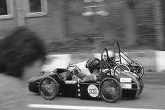 Ανταγωνισμός πιστών αγώνων ταχύτητας πιστών αγώνων γεφυρών αυτοκινήτων στοκ φωτογραφία