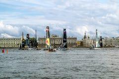 Ανταγωνισμός που πλέει την ακραία σειρά ναυσιπλοΐας στον ποταμό Neva μέσα στοκ εικόνα