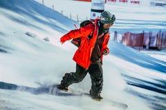 Ανταγωνισμός σνόουμπορντ δικαστών ατόμων που έρχεται κάτω από το βουνό στοκ φωτογραφίες