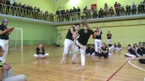 Ανταγωνισμός στο capoeira μεταξύ των παιδιών και των εφήβων απόθεμα βίντεο