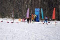 Ανταγωνιστής που περνά τη γραμμή τερματισμού στο αλπικό γεγονός slalom σκι παράλληλο στοκ εικόνες
