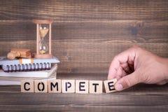 ανταγωνιστείτε Ξύλινες επιστολές στο γραφείο γραφείων στοκ εικόνες