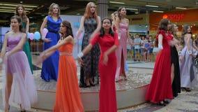 Ανταγωνιστείτε στη επίδειξη μόδας, πρότυπα να εξισώσει τα κομψά φορέματα στην εξέδρα φιλμ μικρού μήκους